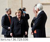 German Chancellor Angela Merkel with husband Joachim Sauer (L) greet... Редакционное фото, фотограф Maria Laura Antonelli / AGF/Maria Laura Antonelli / age Fotostock / Фотобанк Лори
