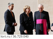 German Chancellor Angela Merkel with husband Joachim Sauer (L) and... Редакционное фото, фотограф Maria Laura Antonelli / AGF/Maria Laura Antonelli / age Fotostock / Фотобанк Лори
