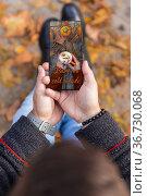 Man received love photo message invitation for coffee on smartphone... Стоковое фото, фотограф Aleksandar Ilic / easy Fotostock / Фотобанк Лори