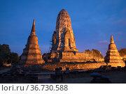 Вечер у древних руин  буддистского храма Wat Ratchaburana. Аюттхая, Таиланд (2017 год). Стоковое фото, фотограф Виктор Карасев / Фотобанк Лори