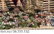 Christmas creche with city of people. Стоковое видео, видеограф Ирина Аринина / Фотобанк Лори