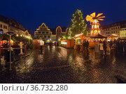 Рождественский базар на Рыночной площади Веймара в сумерках, Германия (2018 год). Редакционное фото, фотограф Михаил Марковский / Фотобанк Лори