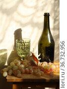 Натюрморт с бокалом белого вина на деревянном фоне. Стоковое фото, фотограф Марина Володько / Фотобанк Лори