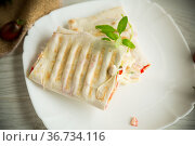 baked pita roll with filling in a plate on the table. Стоковое фото, фотограф Peredniankina / Фотобанк Лори