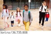 Preteen mulatto boy walking to school on autumn day. Стоковое фото, фотограф Яков Филимонов / Фотобанк Лори