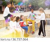 Happy tween boys and girls gathering outdoors on autumn day. Стоковое фото, фотограф Яков Филимонов / Фотобанк Лори
