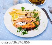 Grilled salmon with asparagus. Стоковое фото, фотограф Яков Филимонов / Фотобанк Лори