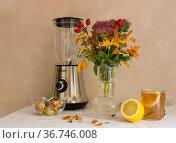 Букет цветов на кухонном столе. Редакционное фото, фотограф Евгений Будюкин / Фотобанк Лори