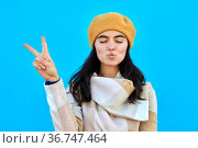 Girl woman is photographed with fingers sign V victory. Стоковое фото, фотограф Ekaterina Demidova / Фотобанк Лори