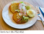 Potato pancakes served with bacon and egg. Стоковое фото, фотограф Яков Филимонов / Фотобанк Лори