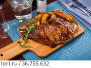 Appetizing beef steak with potatoes and rosemary. Стоковое фото, фотограф Яков Филимонов / Фотобанк Лори