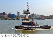 Tug Treasure Coast on Hudson River against backdrop of New York coastline. Редакционное фото, фотограф Валерия Попова / Фотобанк Лори