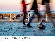 Fussgänger auf der Strandpromenade von Travemünde. Стоковое фото, фотограф Zoonar.com/THOMAS RIESS / age Fotostock / Фотобанк Лори