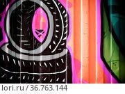 Aufgemalte schwarze Reifen und bunte Muster auf einem Container. Стоковое фото, фотограф Zoonar.com/Bastian Kienitz / age Fotostock / Фотобанк Лори