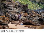 Wanderer zwischen den Felsen. Strandromantik pur am Pazifik am Strand... Стоковое фото, фотограф Zoonar.com/THOMAS RIESS / age Fotostock / Фотобанк Лори