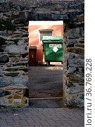 In einer Reihe angeordnete Mülltonnen stehen in einem Hinterhof hinter... Стоковое фото, фотограф Zoonar.com/Bastian Kienitz / easy Fotostock / Фотобанк Лори