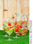 Weiße Sangria mit Melone und Kiwi vor einer Holzwand. Стоковое фото, фотограф Zoonar.com/Ulrich Schade / easy Fotostock / Фотобанк Лори