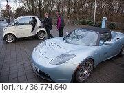Elektro-Sportwagen Tesla in Silber-Blau. Стоковое фото, фотограф Zoonar.com/Robert B. Fishman, ecomedia / age Fotostock / Фотобанк Лори
