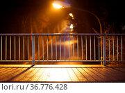 Die Nahaufnahme eines Gehweges einer Brücke am Abend dessen Geländer... Стоковое фото, фотограф Zoonar.com/Bastian Kienitz / easy Fotostock / Фотобанк Лори