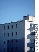 Die Ecke eines Wohngebäudes mit Schatten von Balkonen an der Wand. Стоковое фото, фотограф Zoonar.com/Bastian Kienitz / easy Fotostock / Фотобанк Лори