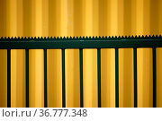 Die Seitenansicht gelben Cargo Containers vor dem sich ein markanter... Стоковое фото, фотограф Zoonar.com/Bastian Kienitz / easy Fotostock / Фотобанк Лори