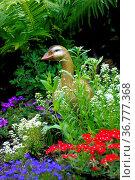 Gartenfigur: Gans aus Keramik im Blumengarten, Стоковое фото, фотограф Zoonar.com/Bildagentur Geduldig / easy Fotostock / Фотобанк Лори