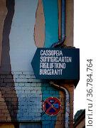 Das Schild des Nachtclubs Cassiopeia im Berliner Szeneviertel Friedrichshain... Стоковое фото, фотограф Zoonar.com/Bastian Kienitz / age Fotostock / Фотобанк Лори