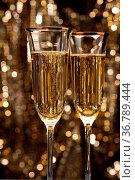 Champagner Gläser vor gold Glitter-hintergrund. Стоковое фото, фотограф Zoonar.com/Ulrich Schade / easy Fotostock / Фотобанк Лори