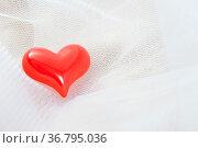 Rotes Herz auf einem weißen Schleier. Стоковое фото, фотограф Zoonar.com/Ulrich Schade / easy Fotostock / Фотобанк Лори