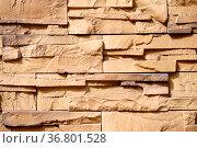 Eine Wanddekoration aus versetzten und abgebrochenen Klinkersteinen. Стоковое фото, фотограф Zoonar.com/Bastian Kienitz / easy Fotostock / Фотобанк Лори