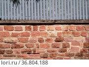 Eine rustikale Mauer aus versetzten und abgebrochenen Ziegelsteinen... Стоковое фото, фотограф Zoonar.com/Bastian Kienitz / easy Fotostock / Фотобанк Лори