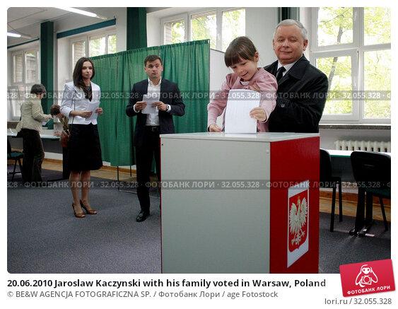 20.06.2010 Jaroslaw Kaczynski with his family voted in Warsaw, Poland. Редакционное фото, фотограф BE&W AGENCJA FOTOGRAFICZNA SP. / age Fotostock / Фотобанк Лори