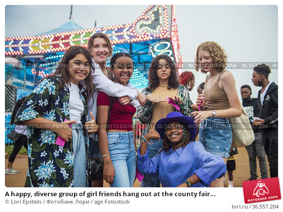 A happy, diverse group of girl friends hang out at the county fair... Редакционное фото, фотограф Lori Epstein / age Fotostock / Фотобанк Лори