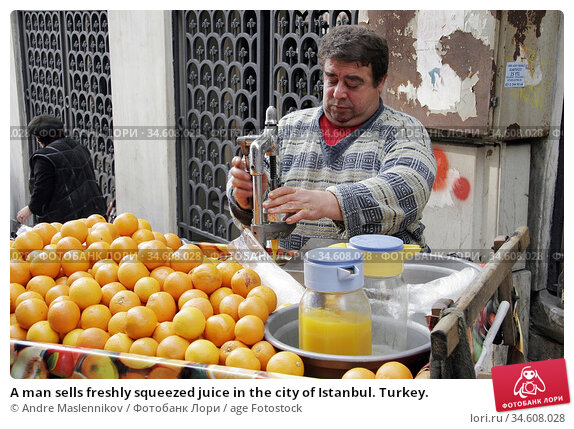 A man sells freshly squeezed juice in the city of Istanbul. Turkey. (2005 год). Редакционное фото, фотограф Andre Maslennikov / age Fotostock / Фотобанк Лори