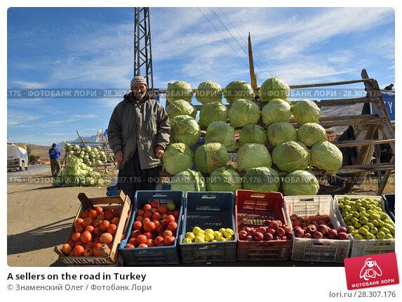 Купить «A sellers on the road in Turkey», фото № 28307176, снято 6 ноября 2009 г. (c) Знаменский Олег / Фотобанк Лори