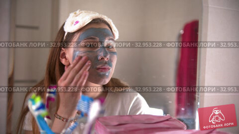 A young woman washes off the mask from the face in the bathroom. Стоковое видео, видеограф Константин Шишкин / Фотобанк Лори