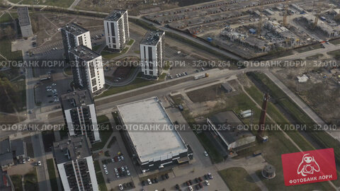Купить «Accelerated aerial photography of the residential area of the city», видеоролик № 32010264, снято 27 апреля 2019 г. (c) Aleksandr Sulimov / Фотобанк Лори