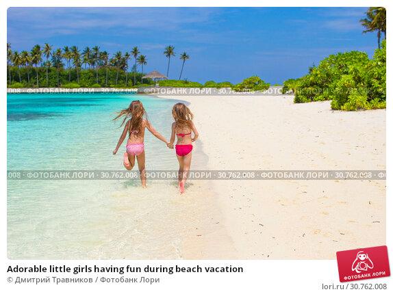 Купить «Adorable little girls having fun during beach vacation», фото № 30762008, снято 28 марта 2015 г. (c) Дмитрий Травников / Фотобанк Лори