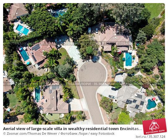 Aerial view of large-scale villa in wealthy residential town Encinitas... Стоковое фото, фотограф Zoonar.com/Thomas De Wever / easy Fotostock / Фотобанк Лори