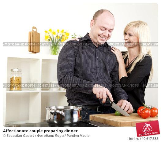 Affectionate couple preparing dinner. Стоковое фото, фотограф Sebastian Gauert / PantherMedia / Фотобанк Лори