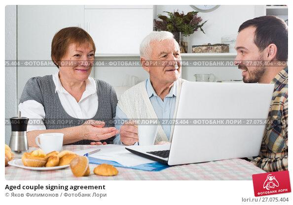Aged couple signing agreement, фото № 27075404, снято 23 октября 2017 г. (c) Яков Филимонов / Фотобанк Лори