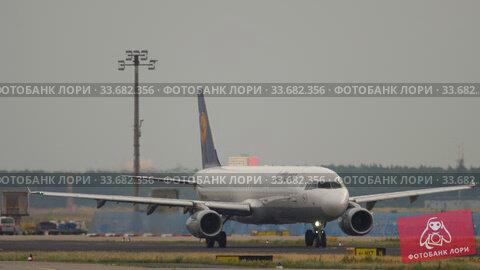 Купить «Airbus A321 taxiing before departure», видеоролик № 33682356, снято 19 июля 2017 г. (c) Игорь Жоров / Фотобанк Лори