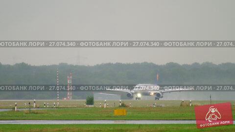 Airplane braking after landing at rainy weather, видеоролик № 27074340, снято 24 июля 2017 г. (c) Игорь Жоров / Фотобанк Лори