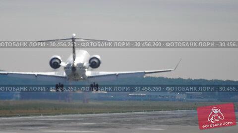 Airplane landing at the early morning. Стоковое видео, видеограф Игорь Жоров / Фотобанк Лори