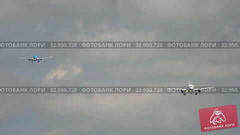 Airplanes approaching before landing. Стоковое видео, видеограф Игорь Жоров / Фотобанк Лори
