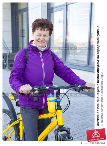 Активная пенсионерка с велосипедом на городской улице. Стоковое фото, фотограф Лариса Капусткина / Фотобанк Лори