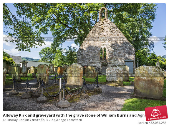 Alloway Kirk and graveyard with the grave stone of William Burns and Agnes Brown the parents of Robert Burns the Scottish national bard, Alloway, Ayr, Scotland. Стоковое фото, фотограф Findlay Rankin / age Fotostock / Фотобанк Лори