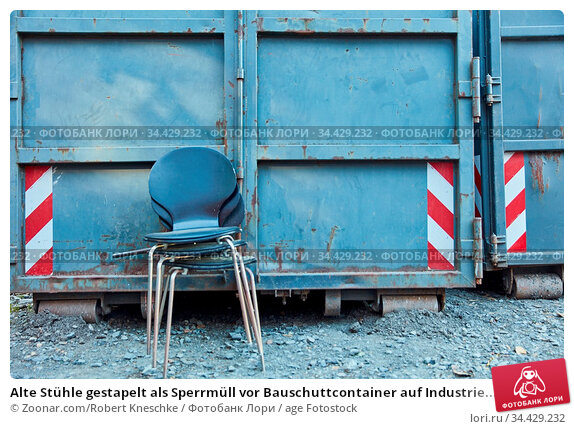 Alte Stühle gestapelt als Sperrmüll vor Bauschuttcontainer auf Industrie... Стоковое фото, фотограф Zoonar.com/Robert Kneschke / age Fotostock / Фотобанк Лори
