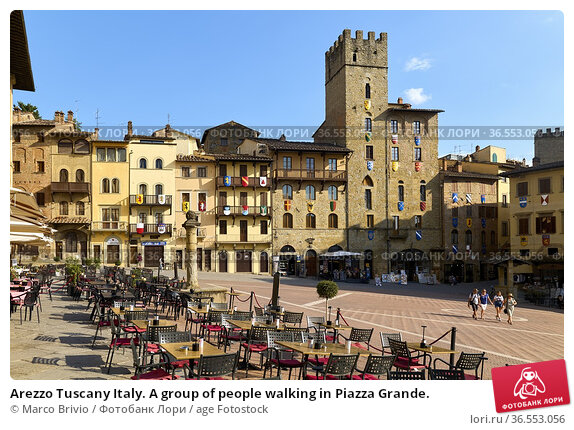 Arezzo Tuscany Italy. A group of people walking in Piazza Grande. Стоковое фото, фотограф Marco Brivio / age Fotostock / Фотобанк Лори