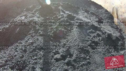 Asphalt bitumen in a dump truck. Стоковое видео, видеограф Потийко Сергей / Фотобанк Лори